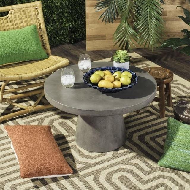 میز خاکستری کوتاه، یکی از انواع مبلمان بتنی